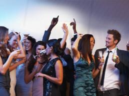 Feestende mensen op een bedrijffeest