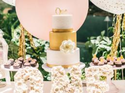 Taart en feest decoratie voor een verjaardag