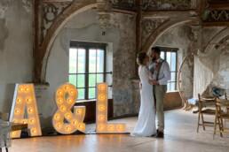 Bruidspaar op de foto voor dat ze gaan trouwen