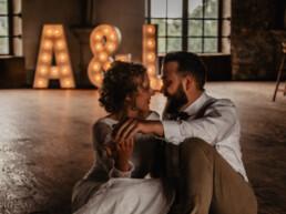 Lichtletters op de foto samen met het bruidspaar
