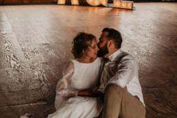 Bruidspaar op de foto met de letters A & J