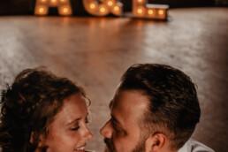 Bruidspaar op de foto met de lichtletters A & J