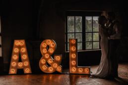 Lichtletters A & J te zien
